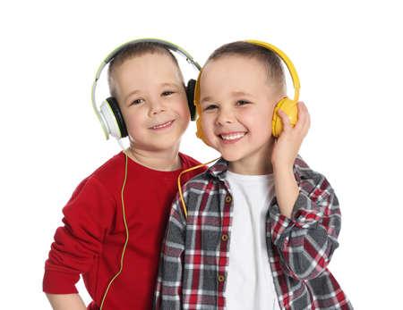 Portrait de frères jumeaux mignons avec des écouteurs sur fond blanc