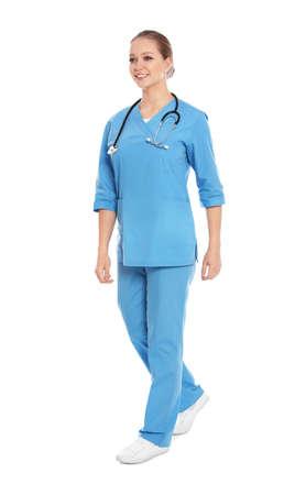 Ritratto integrale del medico con lo stetoscopio isolato su white