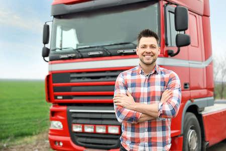 Portret van chauffeur bij moderne vrachtwagen buitenshuis Stockfoto