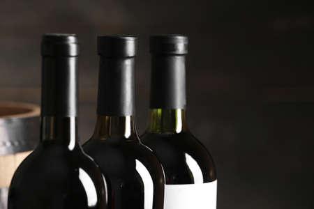 Flaschen Wein auf dunklem Hintergrund, Nahaufnahme. Platz für Text
