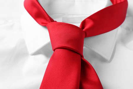 Cravatta rossa maschile su camicia bianca, primo piano Archivio Fotografico