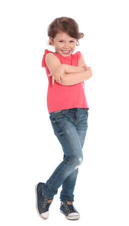 Ganzaufnahme des netten kleinen Mädchens in der lässigen Ausstattung auf weißem Hintergrund
