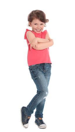 Ritratto a figura intera di una bambina carina in abito casual su sfondo bianco