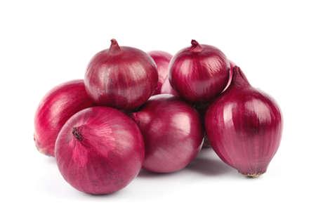 Cebollas rojas enteras frescas sobre fondo blanco.