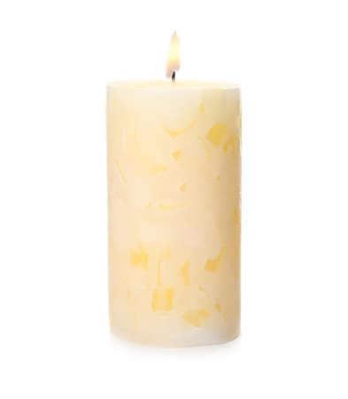 Encender velas de cera de color sobre fondo blanco. Foto de archivo