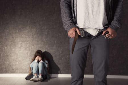 Mann mit geöffneter Hose und verängstigtem kleinen Mädchen drinnen, Platz für Text. Kind in Gefahr