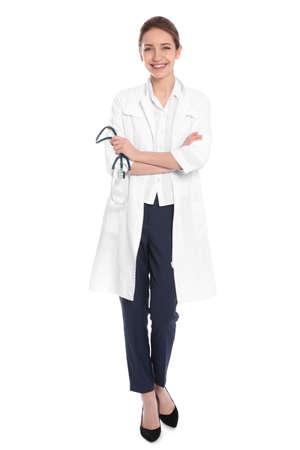 Volledig lengteportret van arts met stethoscoop die op wit wordt geïsoleerd