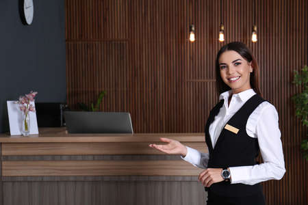 Portrait of receptionist at desk in lobby 版權商用圖片 - 126729884