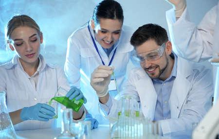 Groep wetenschappers die in een modern scheikundig laboratorium werken