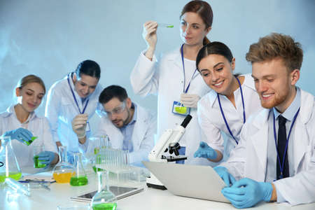 Grupo de científicos que trabajan en el laboratorio de química moderna