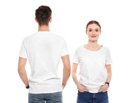 Junge Leute in T-Shirts auf weißem Hintergrund. Mock-up für Design