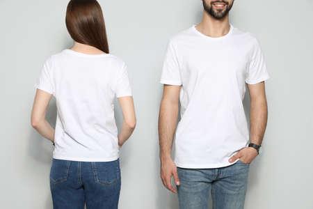 Junge Leute in T-Shirts auf hellem Hintergrund, Nahaufnahme. Mock-up für Design