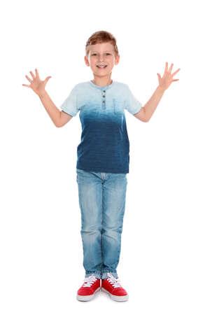 Ganzaufnahme des süßen kleinen Jungen in lässigem Outfit auf weißem Hintergrund