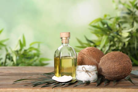Composición con aceite de coco orgánico natural en mesa de madera. Espacio para texto Foto de archivo
