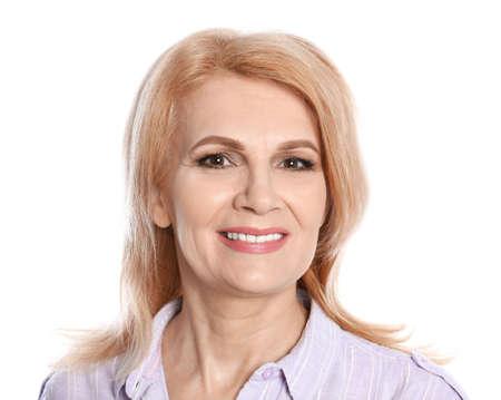 Portret van rijpe vrouw met mooi gezicht op witte achtergrond