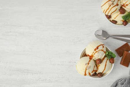 Composición laicos plana con delicioso helado en mesa de madera. Espacio para texto
