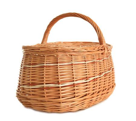 Leerer Weiden-Picknickkorb isoliert auf weiß Standard-Bild