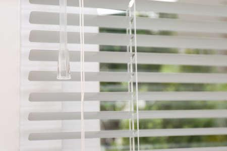 Öffnen Sie weiße horizontale Jalousien, Detailansicht Standard-Bild