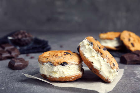 Sweet delicious ice cream cookie sandwiches on table 免版税图像 - 126736889