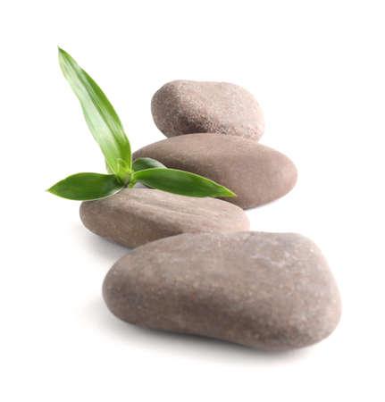 Piedras de spa con bambú aislado en blanco