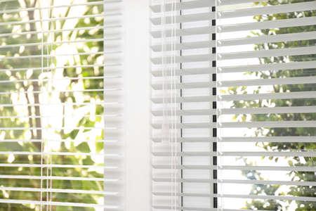 Otwarte białe poziome rolety okienne, widok zbliżenia