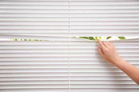 Mujer, separar, listones, de, ventana, persianas, primer plano