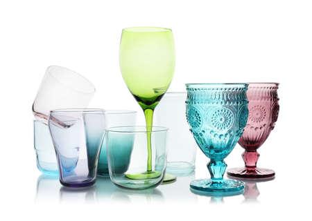 Ensemble de différents verres vides sur fond blanc Banque d'images