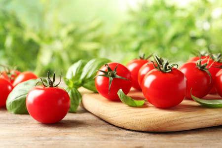 Tavola con pomodorini freschi su tavola di legno