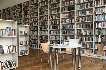 Vista de estanterías y mesa en biblioteca
