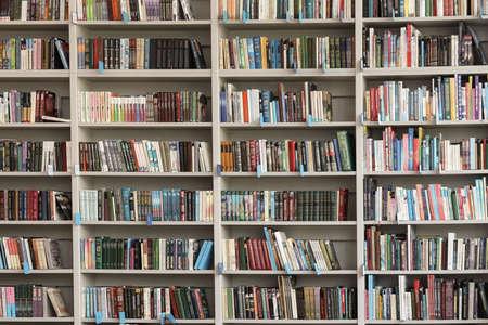 Vista de estantes con libros en biblioteca