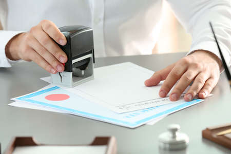 Male notary stamping document at table, closeup 版權商用圖片 - 126679538
