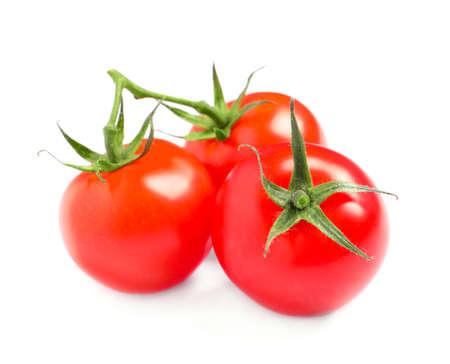 Tomates cerises biologiques fraîches isolées sur blanc