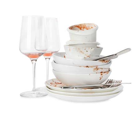 Juego de platos sucios aislado en blanco