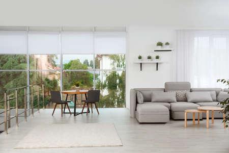 Wohnzimmer mit modernen Möbeln und stilvollem Dekor. Ideen für das Interieur Standard-Bild
