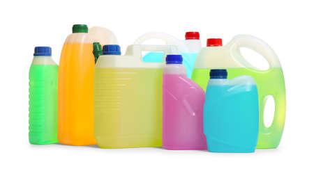 Bidons en plastique avec différents liquides pour voiture sur fond blanc