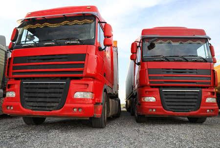 Diferentes camiones brillantes estacionados al aire libre. Transporte moderno