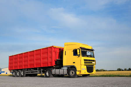 Moderne lichte vrachtwagen geparkeerd op landweg