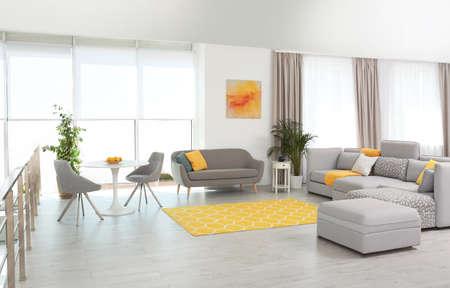 Wohnzimmer mit modernen Möbeln und stilvollem Dekor. Farbideen für das Interieur