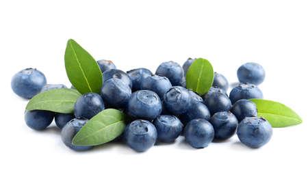 Frische rohe leckere Blaubeeren mit Blättern isoliert auf weiß