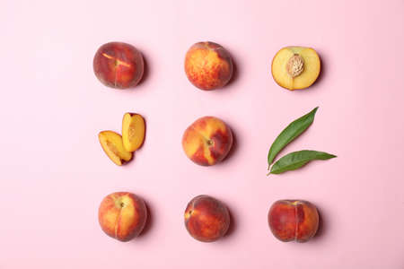 Flat lay composition with sweet juicy peaches on pink background 版權商用圖片