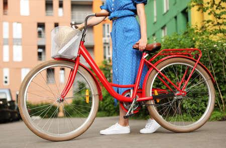 Mujer joven, con, bicicleta, en, ciudad, primer plano Foto de archivo