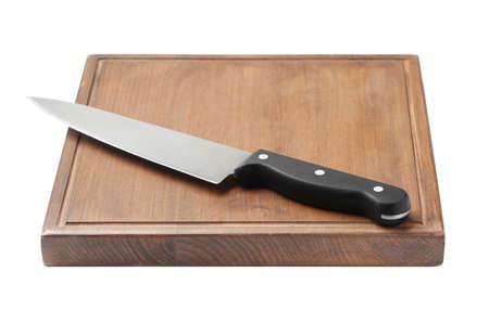 Kochmesser und Holzbrett isoliert auf weiss