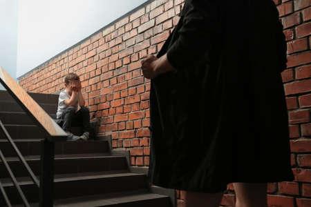 Männlicher Exhibitionist öffnet seinen Mantel vor einem verängstigten kleinen Jungen im Haus. Kind in Gefahr Standard-Bild