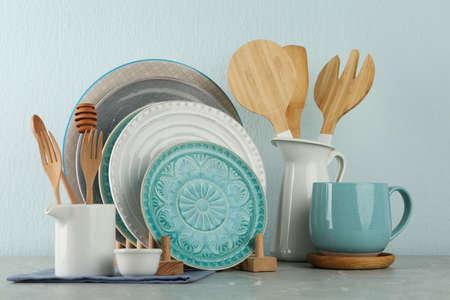 Juego de utensilios de cocina en la mesa de mármol gris junto a la pared de luz. Diseño de interiores moderno Foto de archivo