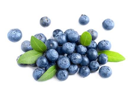 Frische rohe leckere Blaubeeren mit Blättern isoliert auf weiß Standard-Bild