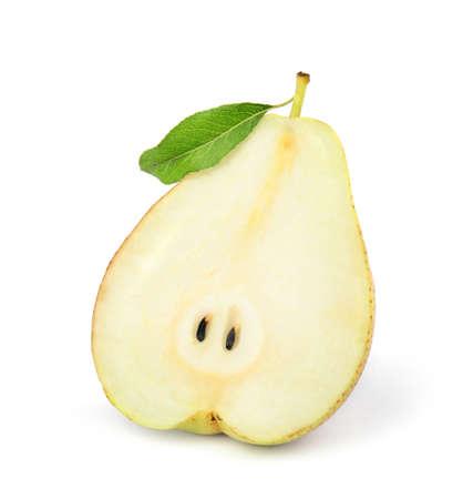 Metà della pera succosa fresca matura isolata su white