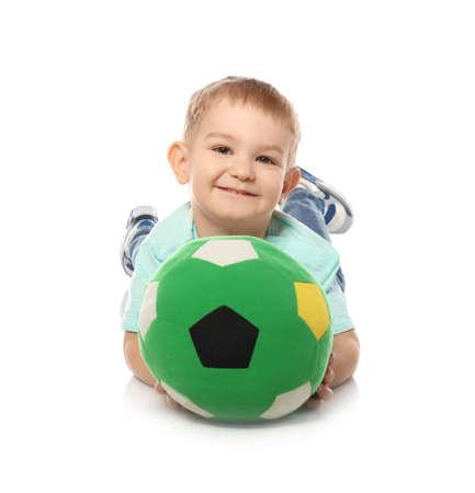 Nettes kleines Kind mit weichem Fußball auf weißem Hintergrund. Drinnen spielen