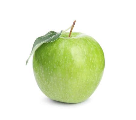 Manzana verde madura fresca con hojas sobre fondo blanco.