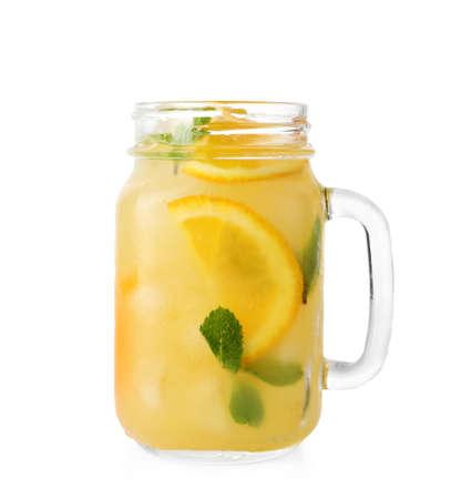Tarro de cristal de bebida refrescante de naranja con menta sobre fondo blanco.