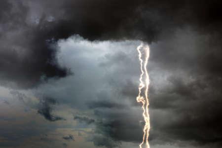 Himmel mit schweren Regenwolken und Blitzen. Gewitter